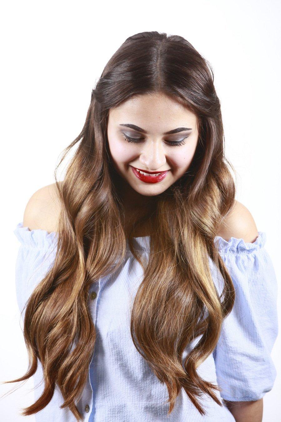 Mit einfachen Tricks lassen sich lange Haare zusätzlich aufpeppen und das Haar fällt nicht ungewollt ins Gesicht.